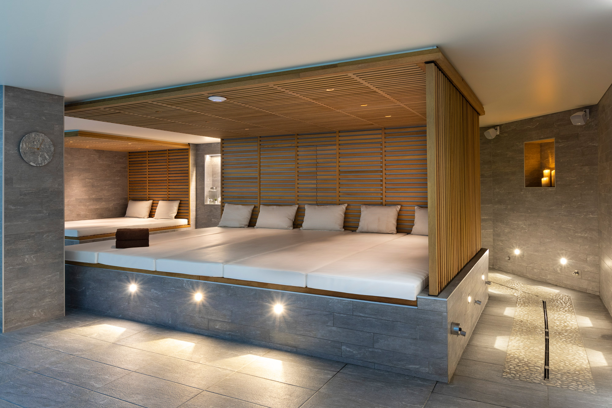 St-Alban-Hotel-&-Spa—Banquettes-piscine